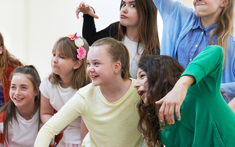 Mädchen beim Theaterspielen