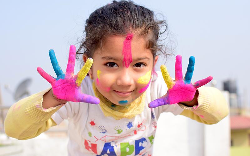 Kind mit Farbe an den Händen